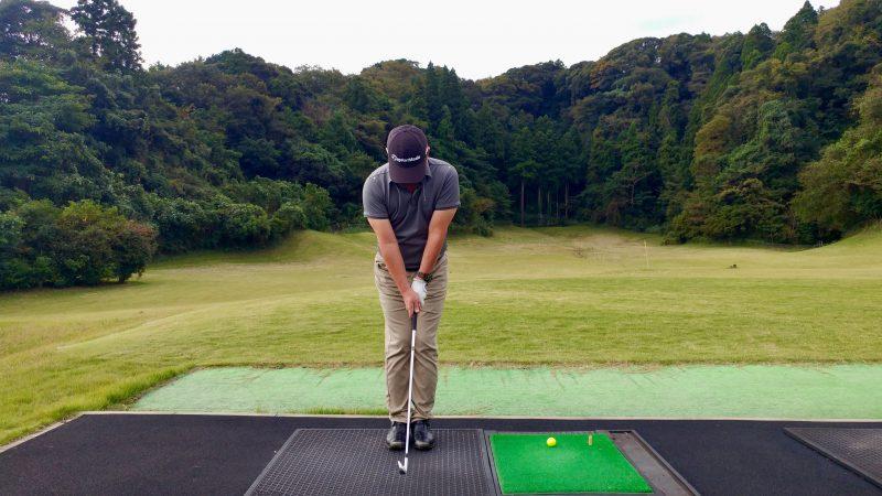 GEN-TENゴルフコースレッスン傾斜トレーニング両足を揃えてスイングアドレスの写真