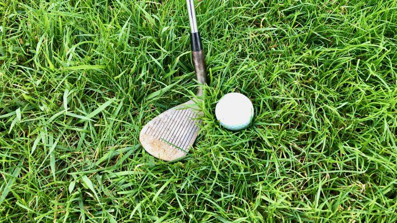 GEN-TENゴルフコースレッスンラフからのクラブ選択アプローチボールが沈んだ状態SWの写真