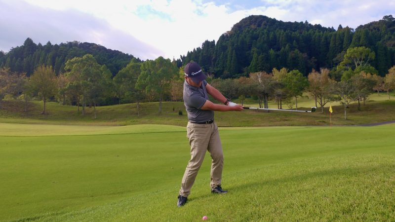 GEN-TENゴルフコースレッスン傾斜左足上がりのショットフォローの写真
