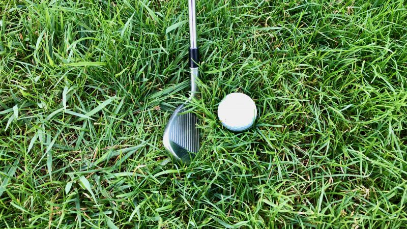 GEN-TENゴルフコースレッスンラフからのクラブ選択ボールが浮いた状態アイアンの写真