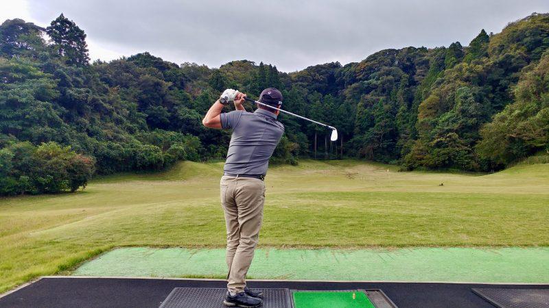 GEN-TENゴルフコースレッスン傾斜トレーニング両足を揃えてスイングフィニッシュの写真