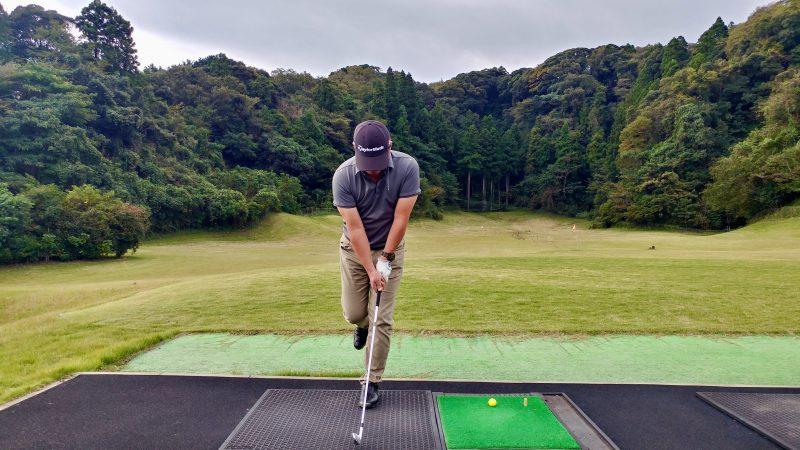 GEN-TENゴルフコースレッスン傾斜トレーニング左片足スイングアドレスの写真