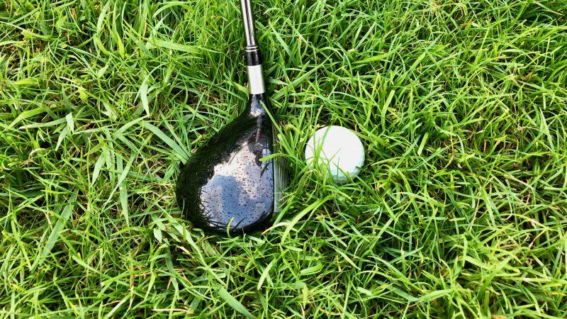 GEN-TENゴルフコースレッスンラフからのクラブ選択ボールが沈んだ状態FWの写真