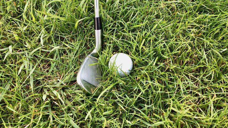 GEN-TENゴルフコースレッスンラフからのクラブ選択ボールが沈んだ状態アイアンの写真