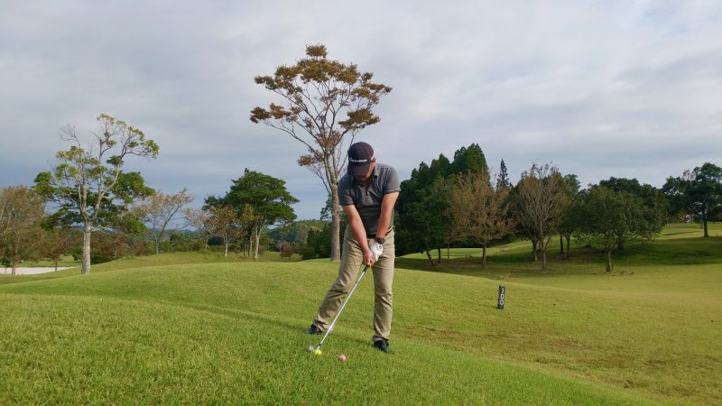 GEN-TENゴルフコースレッスン傾斜左下がりの写真