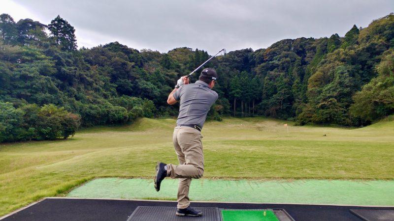 GEN-TENゴルフコースレッスン傾斜トレーニング左片足スイングフィニッシュの写真
