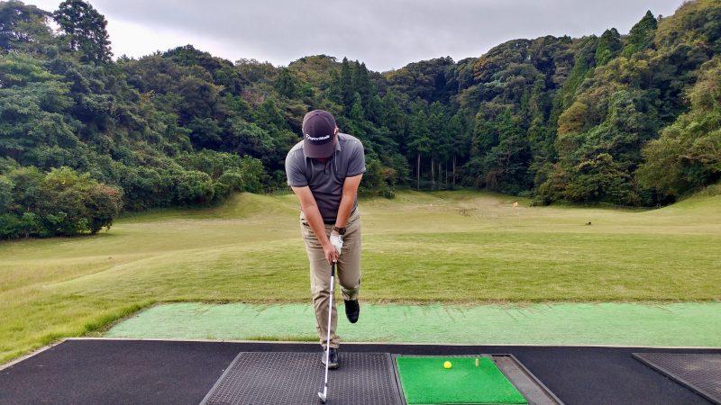 GEN-TENゴルフコースレッスン傾斜トレーニング右片足スイングアドレスの写真
