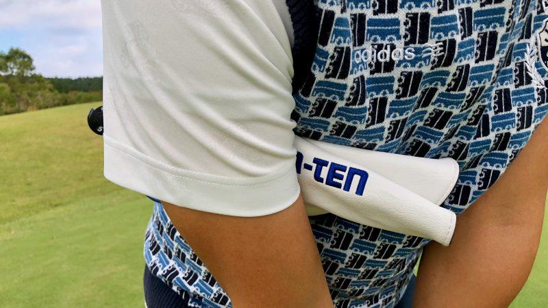 GEN-TENゴルフコースレッスンヘッドカバーを右脇に挟んだ写真