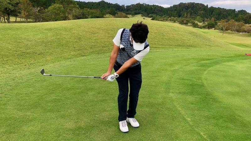 GEN-TENゴルフコースレッスンアプローチ右脇が締まったテークバックの写真