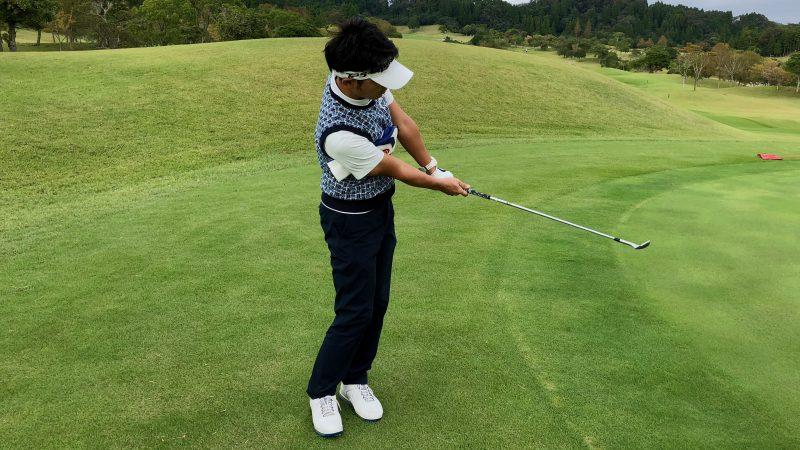 GEN-TENゴルフコースレッスンアプローチ右脇が締まったフォローの写真