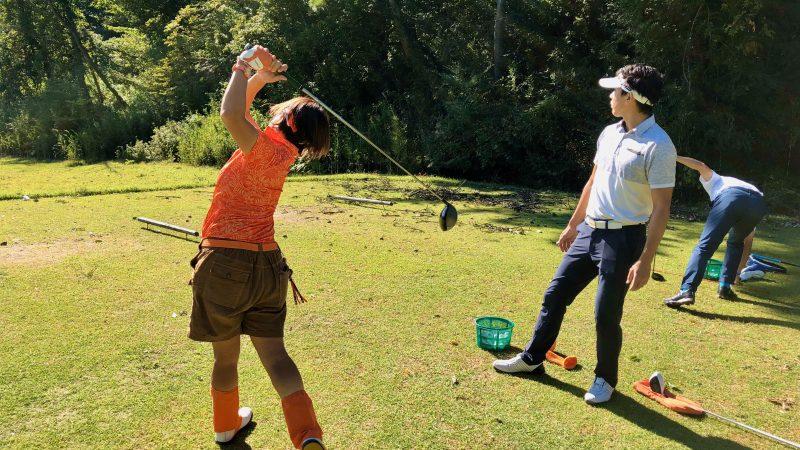 GEN-TENゴルフコースレッスントライフィールドティーショットスイングチェックの写真