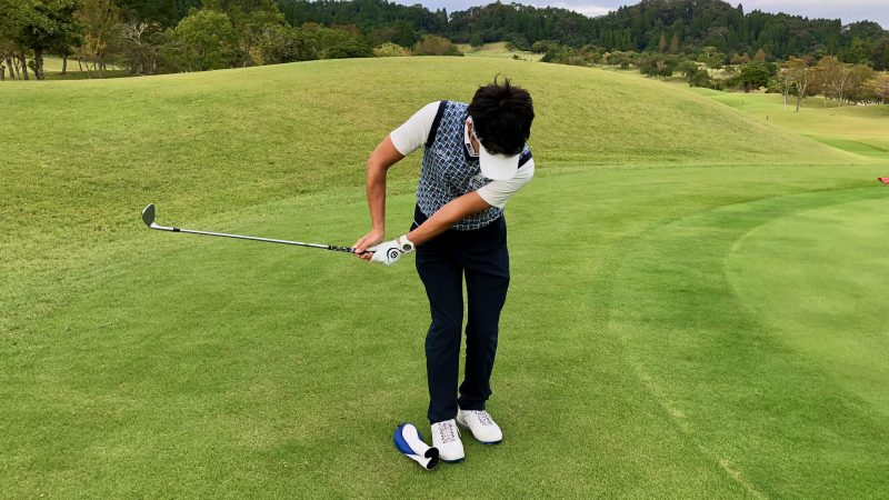 GEN-TENゴルフコースレッスンアプローチ右脇が開いたテークバック正面からの写真
