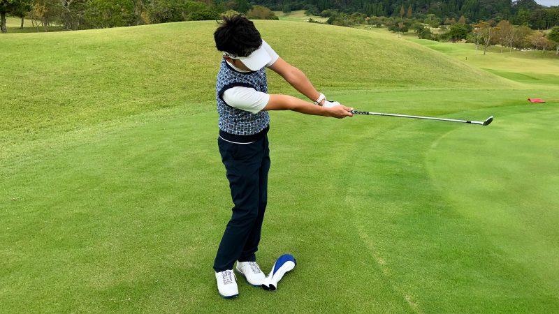 GEN-TENゴルフコースレッスンアプローチ右脇が開いたフォロー正面からの写真