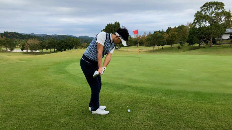 GEN-TENゴルフコースレッスンアプローチ右脇が締まったテークバック飛球線後方からの写真