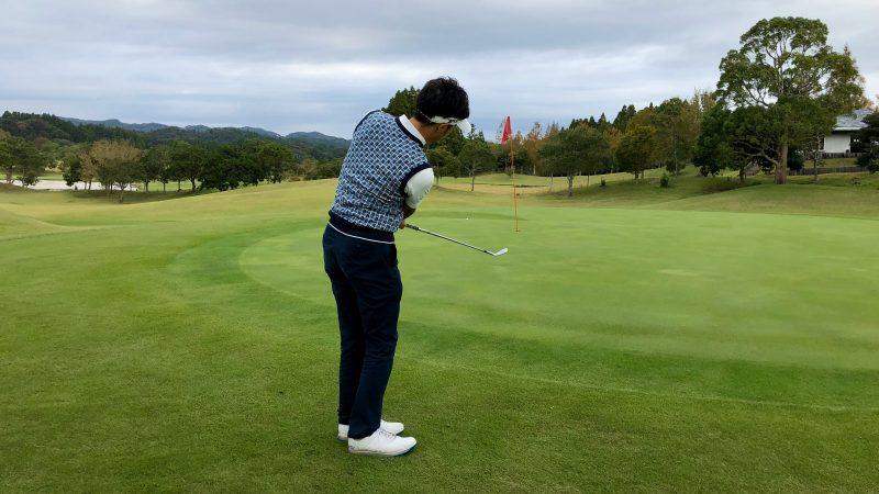 GEN-TENゴルフコースレッスンアプローチ右脇が締まったフォロー飛球線後方からの写真