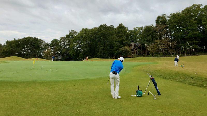 GEN-TENゴルフコースレッスントライフィールド朝練グリーン周りの練習の写真
