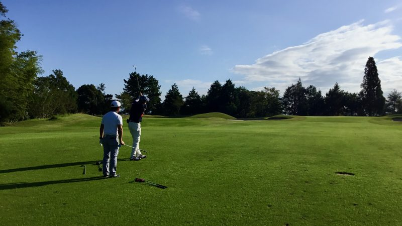 GEN-TENゴルフコースレッスンハーフラウンド千刈CCアプローチショットの写真