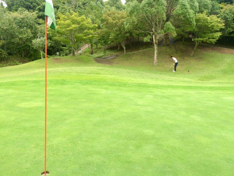 GEN-TENゴルフコースレッスンスコアアップショートゲーム左足下がりのアプローチの写真