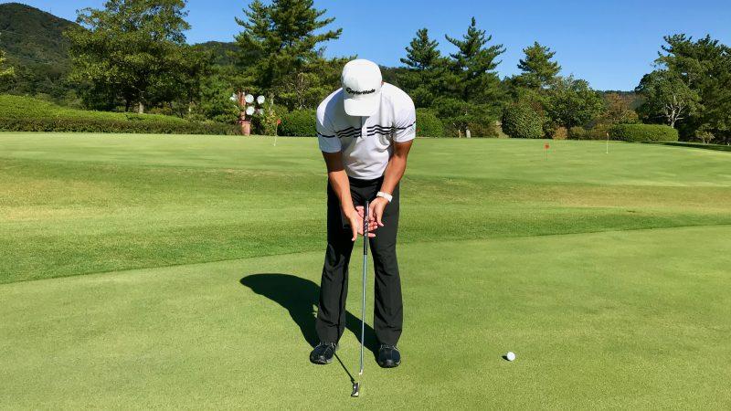 GEN-TENゴルフコースレッスンパターの下側を支えている写真