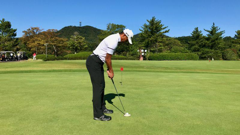 GEN-TENゴルフコースレッスンパッティングのアドレスの写真