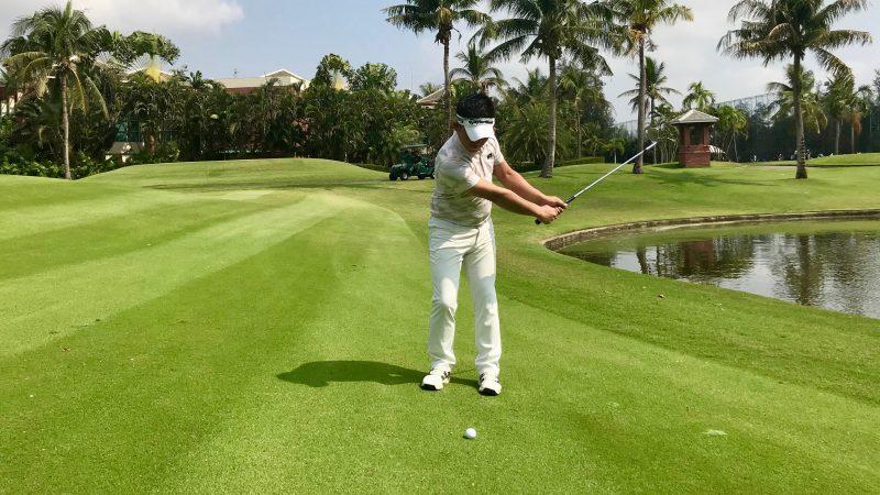 GEN-TENゴルフコースレッスン中途半端な距離のアプローチ正しい素振りバックスイングの写真