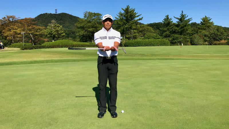 GEN-TENゴルフコースレッスンパターを下から支えている写真