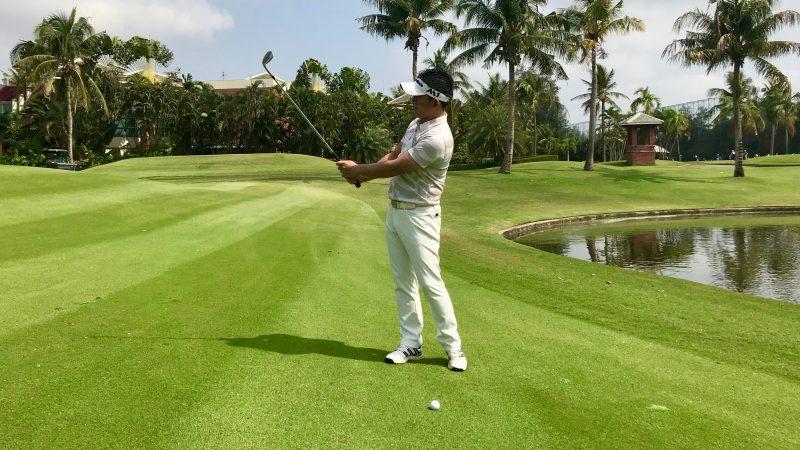 GEN-TENゴルフコースレッスン中途半端な距離のアプローチ正しい素振りフォローの写真
