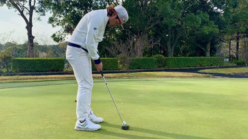 GEN-TENゴルフコースレッスンパッティングテークバックの写真