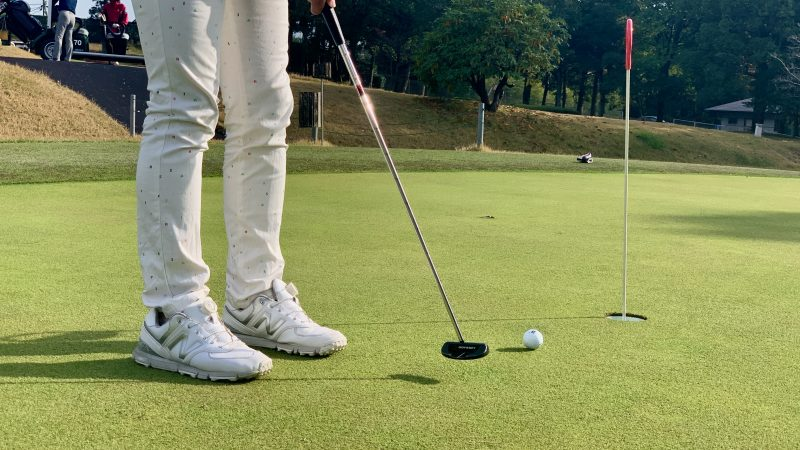 GEN-TENゴルフコースレッスンショートパット斜め後方からの写真