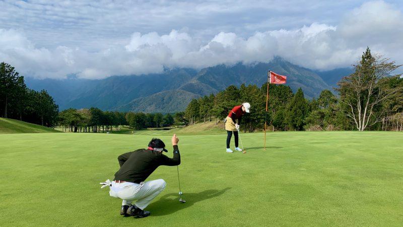 GEN-TENゴルフコースレッスンDC朝霧CCパッティング後方からの写真