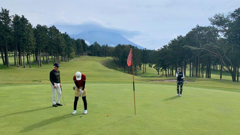 GEN-TENゴルフコースレッスンDC朝霧CCパッティング正面からの写真