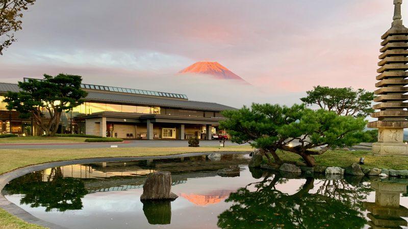 GEN-TENゴルフコースレッスンDC朝霧CCクラブハウスと富士山の写真