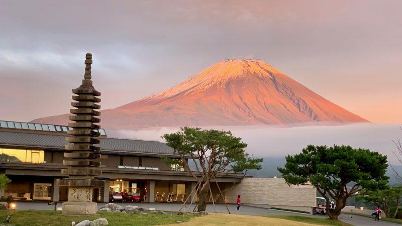 GEN-TENゴルフコースレッスンDC朝霧CCクラブハウスと富士山の写真②