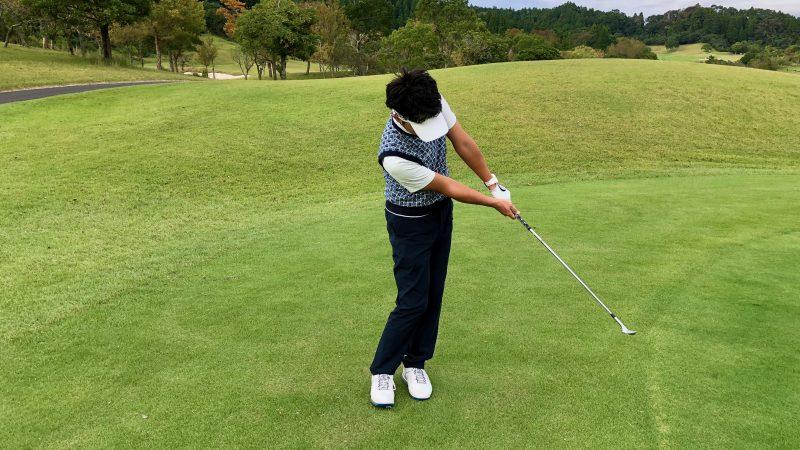 GEN-TENゴルフコースレッスン軸足アプローチフィニッシュの写真