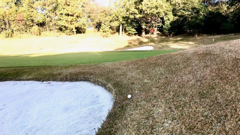 GEN-TENゴルフコースレッスンバンカー内アプローチボールのライの写真②