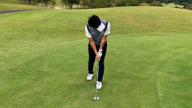 GEN-TENゴルフコースレッスン軸足アプローチ左脚の写真