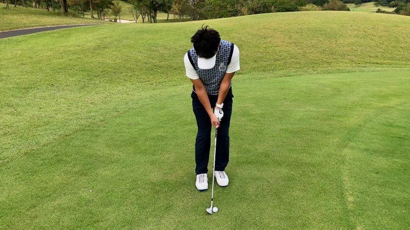 GEN-TENゴルフコースレッスン軸足アプローチ右足軸アドレスの写真