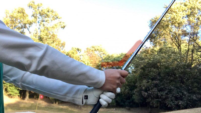 GEN-TENゴルフコースレッスンバンカー内アプローチ手首の角度の写真