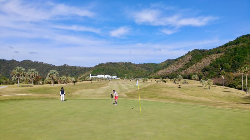 GEN-TENゴルフコースレッスン高知キャンプ黒潮CC太平洋コース1番グリーンバックからの写真