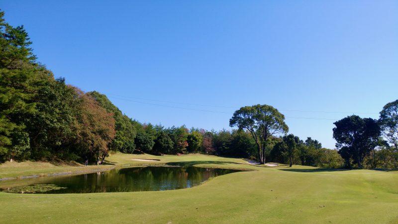 GEN-TENゴルフコースレッスン高知キャンプ土佐CC池とグリーンの写真