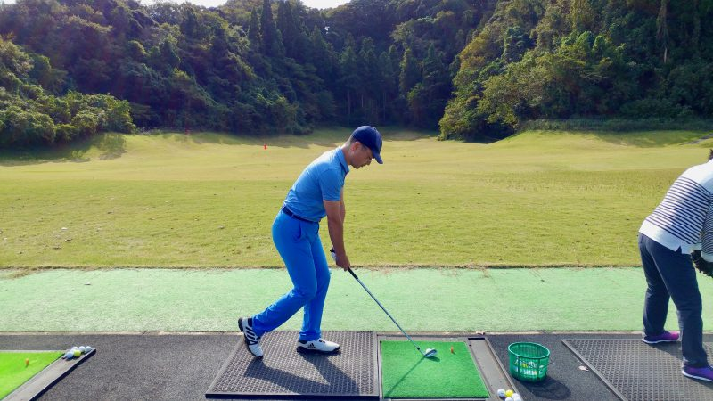 GEN-TENゴルフコースレッスン傾斜バランストレーニング左脚一本の写真