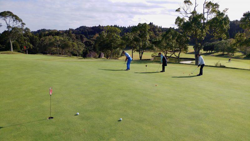 GEN-TENゴルフコースレッスン傾斜パッティング前方からの写真