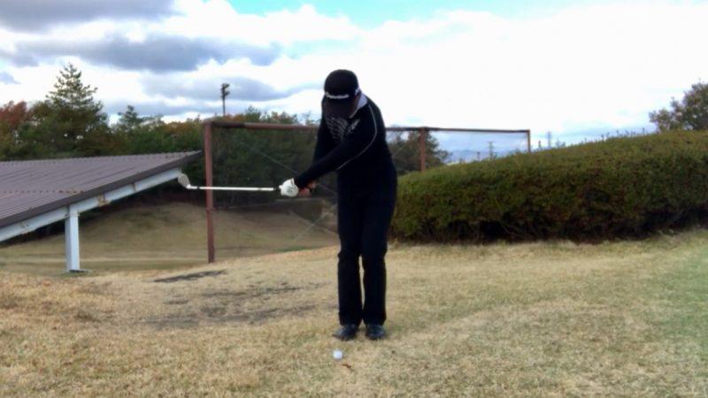 GEN-TENゴルフコースレッスンクロスハンドグリップテークバックの写真