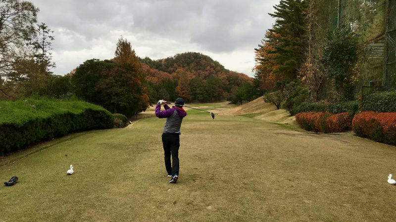 GEN-TENゴルフコースレッスン千刈CCハーフラウンド10番ホールドライバーショットの写真