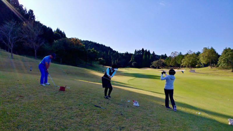 GEN-TENゴルフコースレッスン傾斜前下がりからショットの写真