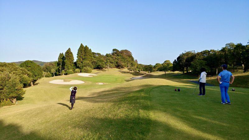 GEN-TENゴルフコースレッスン傾斜Par3ティショットの写真