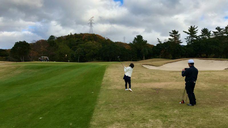 GEN-TENゴルフコースレッスン六甲CCコースレッスン10番アプローチショットの写真