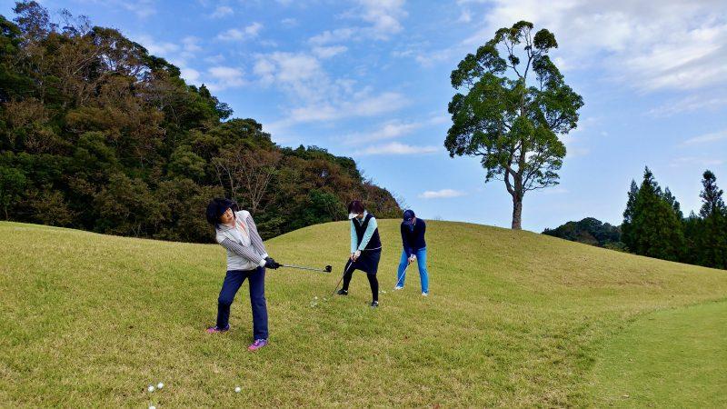 GEN-TENゴルフコースレッスン傾斜左足下がりからの練習正面からの写真