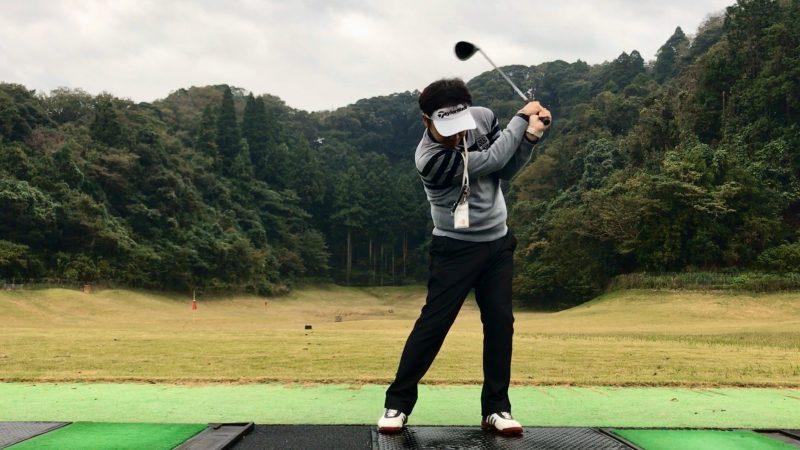 GEN-TENゴルフコースレッスンフォロー腕が縮こまっている写真