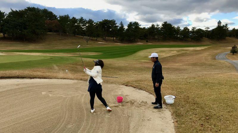 GEN-TENゴルフコースレッスン六甲CC定点練習バンカーショットの写真